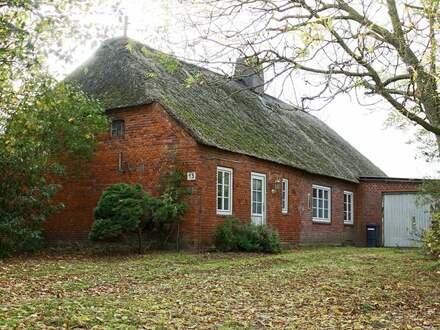 Vor den Toren der Insel Sylt: Landschaftstypisches reetgedecktes Langhaus