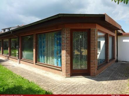 *Lagerhalle mit Ausstellungsfläche und Einliegerwohnung, Parkplätze und Blockhaus mit Garten*