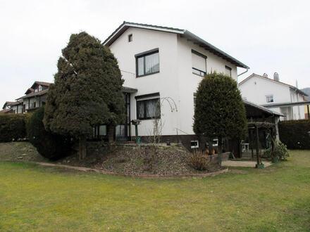 ......freistehendes Einfamilienhaus m. schönem Garten u. Garage
