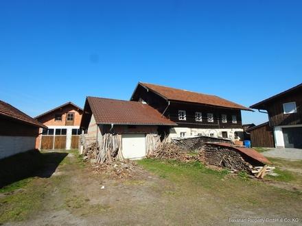 Mitten im Ort - Abbruchreifes Bauernhaus mit großem Garagengebäude in Konzell