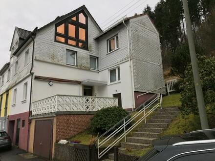 Ruhig gelegene Doppelhaushälfte mit 2 Garagen und Terrasse in Eisern