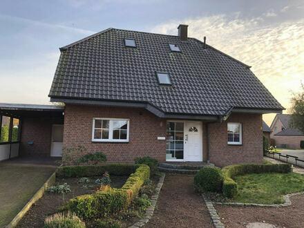 freistehendes großzügiges Einfamilienhaus mit Terrasse, Garten und Carport.