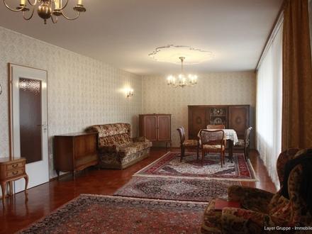 LAYER IMMOBILIEN: Zentral aber ruhig gelegene Wohnung in Königsbrunn, ca. 160 m² mit Garten und Garage