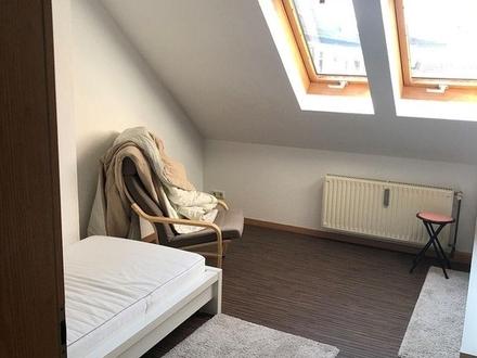 Helle, gepflegte Dachgeschoss-Wohnung mit Einbauküche und PKW-Stellplatz - Coburg Zentrum