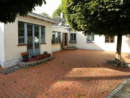 Mitten in Satrup: Wohnhaus mit Einliegerwohnung und viel Nutzfläche auf großem Grundstück!