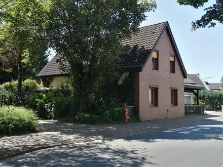 Älteres Wohnhaus mit kleinem Keller und Carport in Nähe zur City