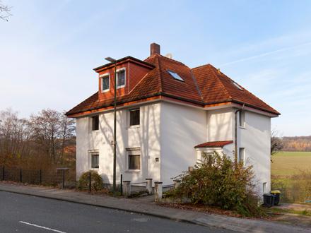 Klassisches Dreifamilienhaus mit Blick über Wiesen und Felder