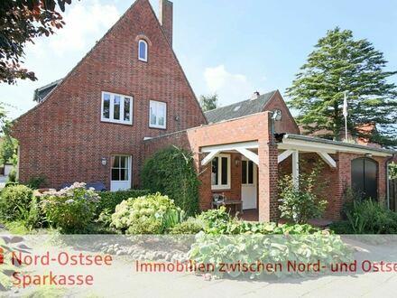 Teilunterkellertes Wohnhaus mit 2 Garagen, Terrasse und weiter ausbaufähigem Dachgeschoss in Husum!