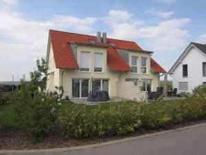 Top gepflegtes Wohnhaus (DHH) mit Garten und Einzelgarage in stadtnaher Wohnlage