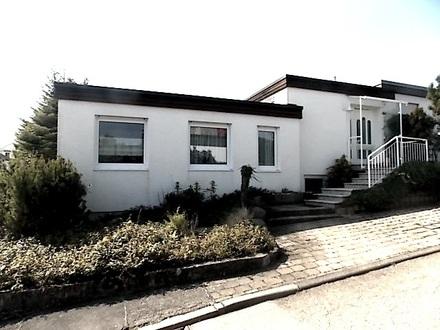 EINFAMILIEN-BUNGALOW mit versetzten Wohnebenen, Garage,Stellplatz,Terrasse & Garten in DITZINGEN-HIRSCHLANDEN