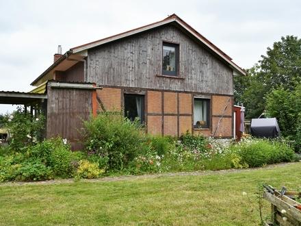Fast-Alleinlage! Kleines, modernisierungsbedürftiges Wohnhaus auf großem Grund