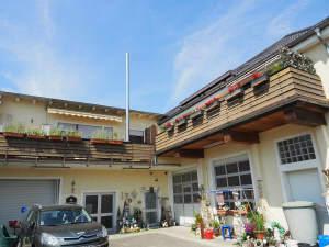 2 große Wohnungen + Halle + 3 Garagen + Doppelcarport