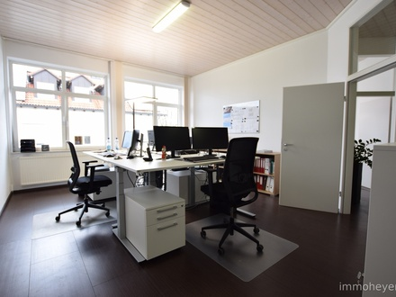 Helle, moderne Büro-/ Praxisräume mit hohen Decken und vielen Parkflächen, barrierefrei erreichbar