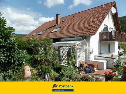 Wie ein kleines Haus: 4 Zi.- Maisonettewohnung mit Carport und Gartengrundstück