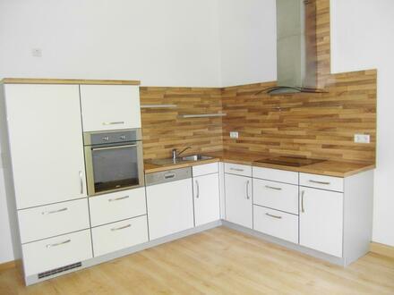 Tolle Einbauküche im großen Wohn- und Eßzimmer mit Balkon
