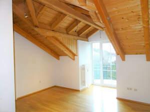 Wohnen mit Niveau: Anspruchsvolle 3 Zi.-DG-ETW mit Sichtdachstuhl