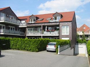 schicke DG-Wohnung mit hochwertiger Ausstattung. TG-Platz. Bj.2004 .