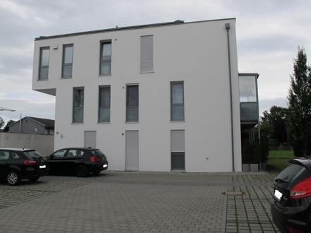 Sehr schöne neuwertige 3-Zi. Wohnung m. Balkon Einzelgarage, hochwertige Ausstattung incl. Küche u. Badezimmermöbel