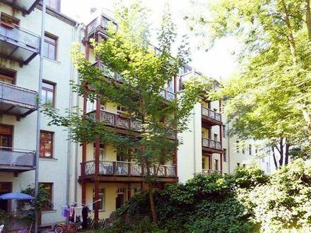 Altbau-Charme mit Einbauküche und großen Balkon