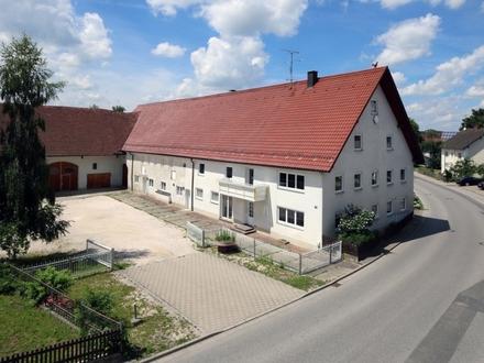 Platz für Alle und Alles: Saniertes Bauernhaus mit Baugrundstück im Ortskern von Zaisertshofen!