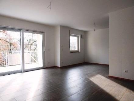 Erstbezug: Exklusive 3 Zimmer Wohnung mit überdachten Balkon, 1. OG, im Passauer Westen zu vermieten!