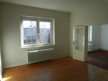 Wohnzimmer mit Flügeltür zum Esszimmer