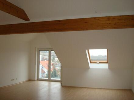 ARNOLD-IMMOBILIEN: Dachgeschosswohnung mit Flair