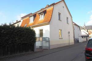 Geisenheim - zwischen Dom und Rhein: Charmantes Haus mit kleinem Süd Garten und Garage