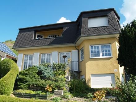 Gepflegtes, freistehendes Einfamilienhaus mit tollem Rhein- und Burgenblick und eigenem Weinberg !!!