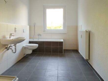 Groß, hell und schick renoviert? Haben wir! 2 Zimmer mit Balkon, Tageslichtbad, Wanne und Dusche