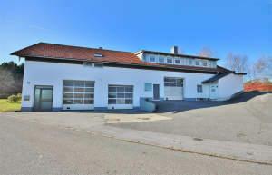 Wohn- und Geschäftshaus, ursprünglich als KFZ-Werkstatt mit Betriebswohnung genutzt. 94078 Freyung-Winklbrunn