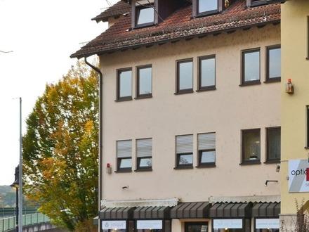 Das erste eigene Nest: Schöne Dachgeschoss-Wohnung mit Loggia