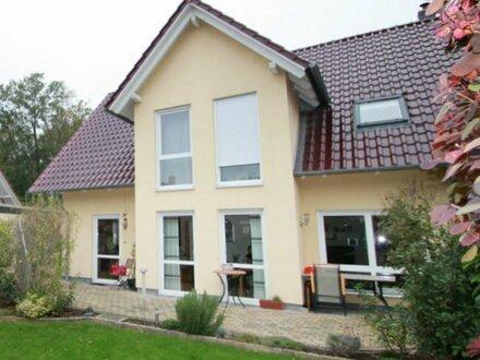 Schöne und sehr gepflegte Doppelhaushälfte in Walle mit Erker, Gaube und Doppelcarport