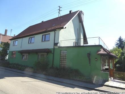 Für Leute mit Platzbedarf: Geräumiges Einfamilienhaus mit kleinem Nebenhäusle und Gartengrundstück
