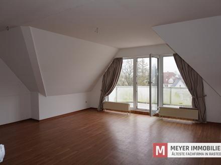 Fahrstuhl, Balkon und über den Dächern von Rastede - geräumige 2-ZKB-Whg.!