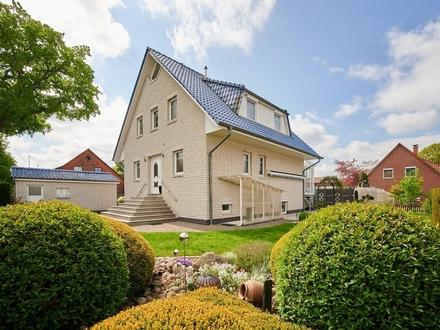 RESERVIERT! Attraktives Einfamilienhaus zentral in Lilienthal mit Einliegerwohnung und zwei Garagen