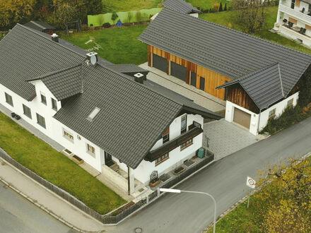 Gepflegtes Anwesen Zwei Einfamilienhäuser mit Mehrzweckgebäude in zentraler Lage in Mitterfels