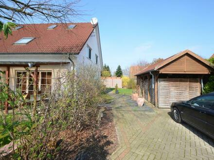 Hude-Wüsting: Doppelhaushälfte mit Carport in familienfreundlicher Siedlung