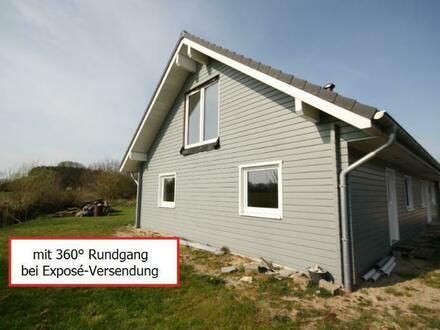 Reichlich Gestaltungsfreiraum in Sackgassenlage: Neuwertiges Holzhaus mit Restarbeiten und Einliegerwohnung auf dem Lande