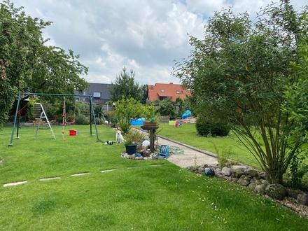 Einfamilienhaus mit Baugrudstück und Traumgarten in ruhiger Seitenstraße