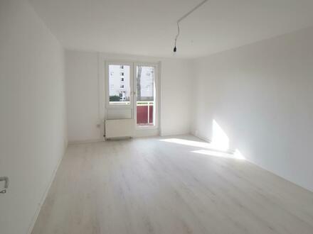 Frisch renovierte 3-Raum-Wohnung, mit Balkon und Einbauküche!
