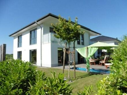 Moderne Villa mit Pool und pflegeleichtem Grundstück