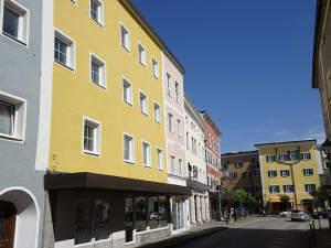Zwangsversteigerung: Stadthaus mit 3 excl.-Dachterrassen-ETW und einem Laden