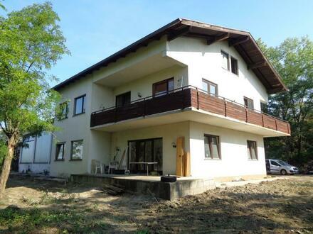 2-3 Familienhaus mit 10700m² Grund/ 2 Werkstatt- Hallen in Altenwörth!