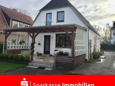Freistehendes Einfamilienhaus mit Garten und Garagenhaus