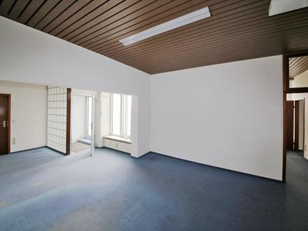 Sanierungsbedürftige Gewerbefläche für Ladengeschäft, Büro oder Praxis