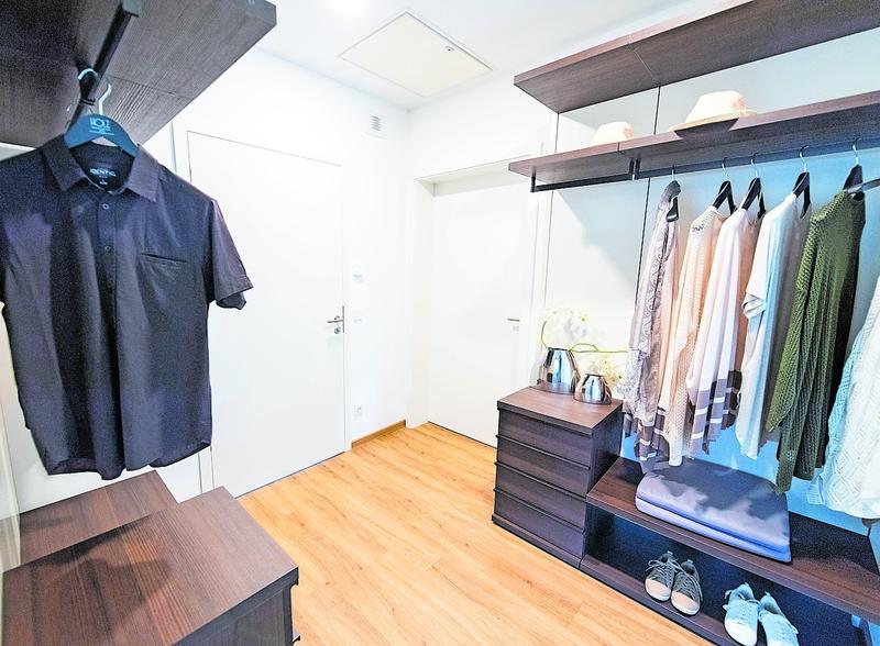 Im begehbaren Kleiderschrank sollte es mindestens zwei Kleiderstangen an gegenüberliegenden Wänden geben.