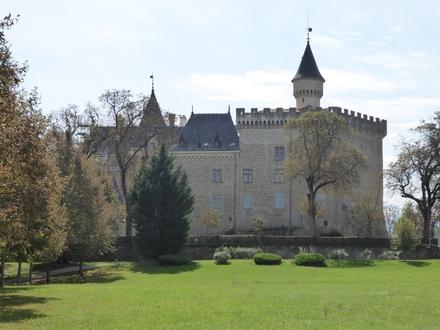 Schloss in Südfrankreich mit Bergenblick, Schwimmingpool und Tennisplätze