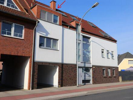 Helle Wohnung über zwei Ebenen! Mit Süd-West-Balkon, Carport und Einbauküche.