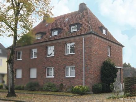 Doppelhaushälfte mit 3 Garagen und großem Hof auf Erbpachtgrundstück.
